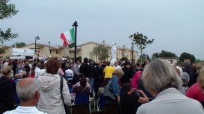 San Nicolò d'Arcidano: distribuzione della Comunione – Foto di Sardegna Terra di Pace – Tutti i diritti riservati