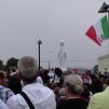 San Nicolò d'Arcidano: fedeli dopo la messa intorno alla statua – Foto di Sardegna Terra di Pace – Tutti i diritti riservati