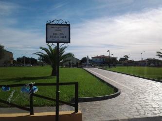 """San Nicolò d'Arcidano: scorcio di piazza """"Regina della Pace"""" al mattino – Foto di Sardegna Terra di Pace – Tutti i diritti riservati"""