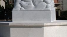 San Nicolò d'Arcidano: dettaglio firma scultore – Foto di Sardegna Terra di Pace – Tutti i diritti riservati