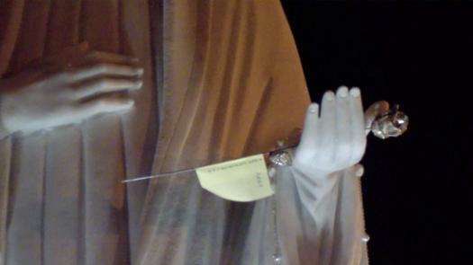 San Nicolò d'Arcidano: dettaglio rosa d'argento sulla statua – Foto di Sardegna Terra di Pace – Tutti i diritti riservati