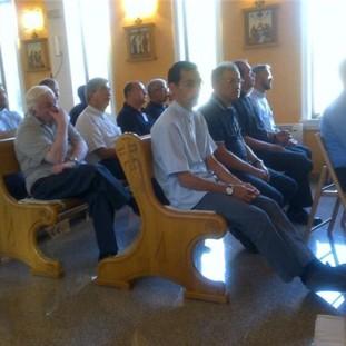 Medjugorje: sacerdoti in preghiera prima dell'apparizione a Ivan dell'8 Agosto 2013 - Foto di Radio Maria - Tutti i diritti riservati