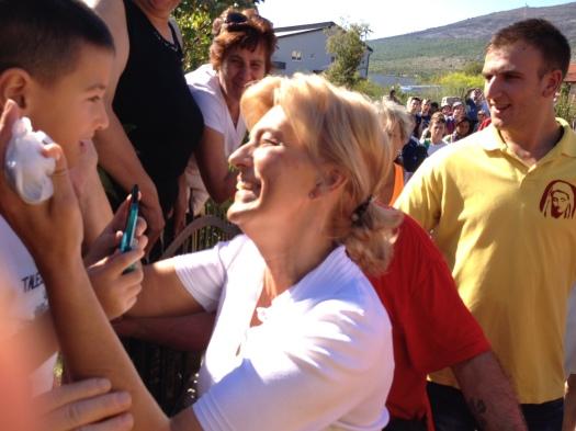 Apparizione 2 Agosto 2013: Mirjana saluta i pellegrini (2) – Foto di Gospodine – Tutti i diritti riservati