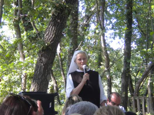 Medjugorje, 2 Luglio 2011: Suor Emmanuel parla ai pellegrini – Foto di Gospodine – Tutti i diritti riservati