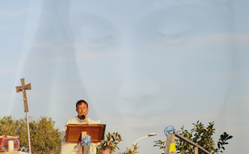 Padre Hananias in Piazza Regina della Pace a S.N. d'Arcidano – Foto di Sardegna Terra di Pace – Tutti i diritti riservati