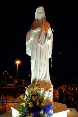 San Nicolò d'Arcidano: veduta notturna della statua della Regina della Pace – Foto di Sardegna Terra di Pace – Tutti i diritti riservati