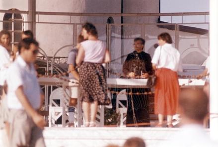 Medjugorje: padre Slavko Barbaric nell'altare esterno – Foto di Sardegna Terra di Pace – Tutti i diritti riservati