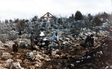Preghiera sulla Collina delle Apparizioni (2) – Foto di Sardegna Terra di Pace – Tutti i diritti riservati