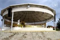 Medjugorje: altare esterno dietro la Chiesa di San Giacomo Apostolo – Foto di Sardegna Terra di Pace – Tutti i diritti riservati