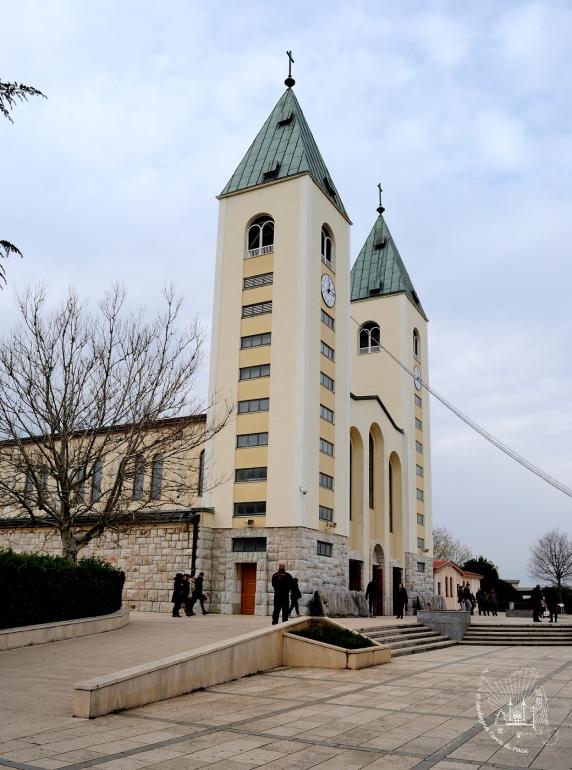 Medjugorje: veduta laterale diurna della Chiesa di San Giacomo Apostolo (2) – Foto di Sardegna Terra di Pace – Tutti i diritti riservati
