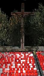 Medjugorje: Crocifisso e lumi votivi – Foto di Sardegna Terra di Pace – Tutti i diritti riservati