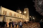 Medjugorje: veduta laterale notturna della Chiesa di San Giacomo Apostolo – Foto di Sardegna Terra di Pace – Tutti i diritti riservati