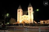 Medjugorje: veduta frontale notturna della Chiesa di San Giacomo Apostolo – Foto di Sardegna Terra di Pace – Tutti i diritti riservati