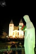 Medjugorje: veduta notturna della statua della Regina della Pace – Foto di Sardegna Terra di Pace – Tutti i diritti riservati
