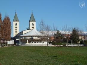 Medjugorje: veduta dal retro della Chiesa di S. Giacomo Apostolo (2) – Foto di Sardegna Terra di Pace – Tutti i diritti riservati