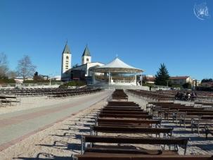 Medjugorje: veduta dal retro della Chiesa di S. Giacomo Apostolo – Foto di Sardegna Terra di Pace – Tutti i diritti riservati