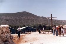 Medjugorje: tendoni verdi nel retro della chiesa – Foto di Sardegna Terra di Pace – Tutti i diritti riservati