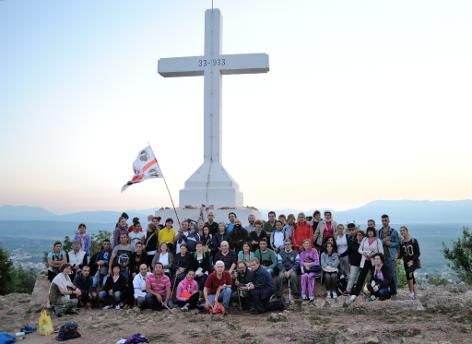 Medjugorje: Foto di gruppo sul Krizevac (25° Mladifest) - Foto di Sardegna Terra di Pace – Tutti i diritti riservati