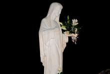 Medjugorje: statua della Regina della Pace con omaggio floreale – Foto di Sardegna Terra di Pace – Tutti i diritti riservati