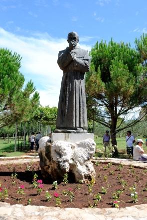 """Medjugorje: statua di padre Slavko presso il """"Villaggio della Madre"""" - Foto di Sardegna Terra di Pace - Tutti i diritti riservati"""
