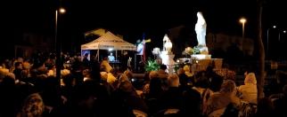 San Nicolò d'Arcidano, 25 Settembre 2014: lo sguardo della Gospa veglia sui fedeli (2) – Foto di Sardegna Terra di Pace – Tutti i diritti riservati
