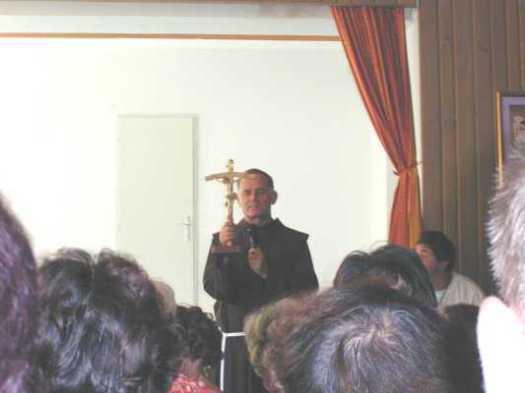 Medjugorje, Mladifest 2001: padre Jozo benedice i presenti - Foto di mladifest.com - Tutti i diritti riservati