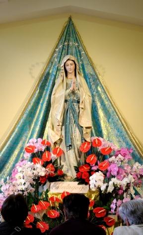 Medjugorje, Esaltazione della Croce 2014: Madonna di Lourdes all'interno della Chiesa di San Giacomo (2) – Foto di Sardegna Terra di Pace – Tutti i diritti riservati