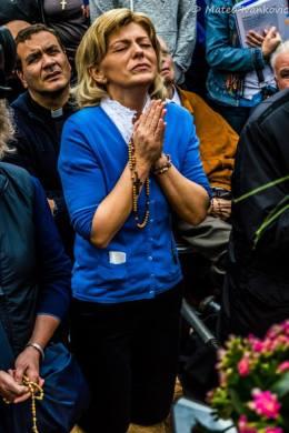 Mirjana in preghiera durante l'apparizione del 2 Ottobre 2014 - Foto di Mateo Ivanković – Tutti i diritti riservati