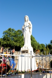 Medjugorje, Esaltazione della Croce 2014: statua della Regina della Pace sul Podbrdo – Foto di Sardegna Terra di Pace – Tutti i diritti riservati