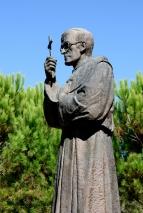 Medjugorje: villaggio della Madre Statua di padre Slavko Barbarić (3) – Foto di Sardegna Terra di Pace – Tutti i diritti riservati