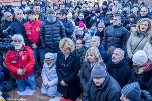 Medjugorje: Mirjana in raccoglimento durante l'apparizione del 2 Gennaio 2015 - Foto di Mateo Ivanković – Tutti i diritti riservati