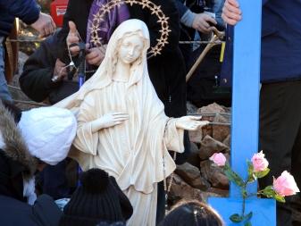 Medjugorje, Capodanno 2015: statua della Regina della Pace presso la Croce Blu (3) – Foto di Sardegna Terra di pace – Tutti i diritti riservati