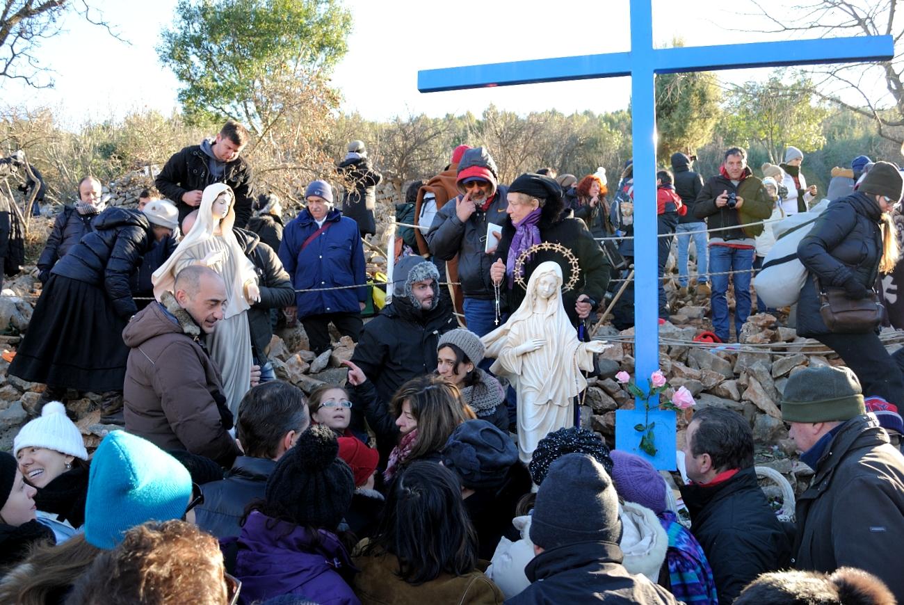 Medjugorje, Capodanno 2015: statua della Regina della Pace presso la Croce Blu (6) – Foto di Sardegna Terra di pace – Tutti i diritti riservati