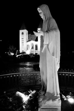 Medjugorje, Capodanno 2015: statua della Regina della Pace nel piazzale antistante la Chiesa di San Giacomo – Foto di Sardegna Terra di pace – Tutti i diritti riservati