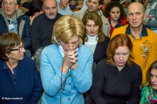 Mirjana in preghiera durante l'apparizione del 2 Febbraio 2015 - Foto di Mateo Ivanković – Tutti i diritti riservati