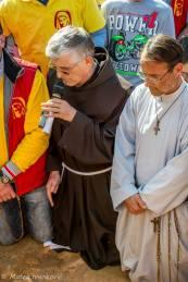 Medjugorje: Padre Petar Ljubičić e Padre Hananias Kablan durante l'apparizione del 18 Marzo 2015 - Foto di Mateo Ivanković – Tutti i diritti riservati