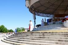 Medjugorje, Anniversario 2015: Sacerdote porta la santa Comunione – Foto di Sardegna Terra di Pace – Tutti i diritti riservati
