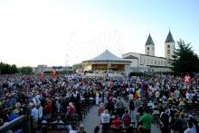 Medjugorje, Anniversario 2015: Altare esterno (3) – Foto di Sardegna Terra di Pace – Tutti i diritti riservati