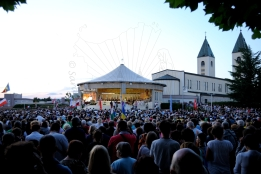 Medjugorje, Anniversario 2015: Altare esterno (2) – Foto di Sardegna Terra di Pace – Tutti i diritti riservati
