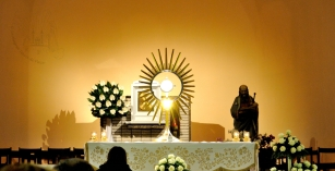 Medjugorje, Anniversario 2015: Adorazione Eucaristica (3) – Foto di Sardegna Terra di Pace – Tutti i diritti riservati