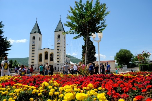 Medjugorje, Anniversario 2015: Parrocchia di San Giacomo e fiori (1) - Foto di Sardegna Terra di Pace - Tutti i diritti riservati