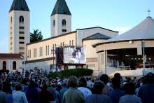 Medjugorje, Anniversario 2015: spazio retrostante la Chiesa– Foto di Sardegna Terra di Pace – Tutti i diritti riservati