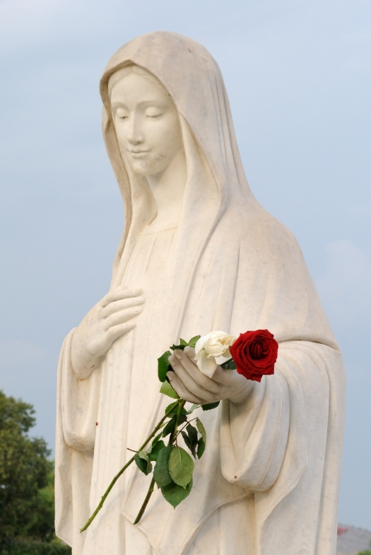 Medjugorje, B.V.M. Assunta 2015: Statua della Regina della Pace (2) – Foto di Sardegna Terra di pace – Tutti i diritti riservati