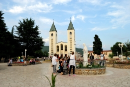 Medjugorje, Anniversario Apparizioni 2016: Chiesa di San Giacomo a Medjugorje (3) – Foto di Sardegna Terra di pace – Tutti i diritti riservati