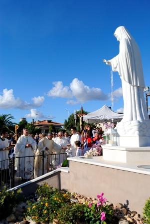 Arrivo della processione presso il simulacro – Foto di Sardegna Terra di pace – Tutti i diritti riservati