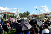 Fedeli in preghiera presso la piazza Regina della Pace (2) – Foto di Sardegna Terra di pace – Tutti i diritti riservati