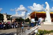 Fedeli in preghiera presso la piazza Regina della Pace (3) – Foto di Sardegna Terra di pace – Tutti i diritti riservati