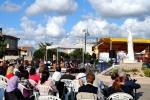 Fedeli in preghiera presso la piazza Regina della Pace (4) – Foto di Sardegna Terra di pace – Tutti i diritti riservati
