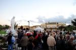 Fedeli presso la statua della Regina della Pace – Foto di Sardegna Terra di pace – Tutti i diritti riservati