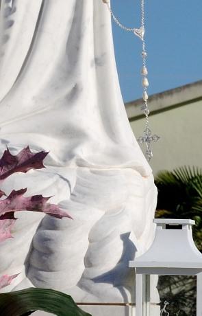 Particolare del rosario donato alla Madonna – Foto di Sardegna Terra di pace – Tutti i diritti riservati